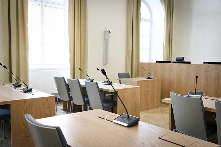 Hovioikeuden kaikkien seitsemän istuntosalin kalusteet ja kaikki tekniset järjestelmät uusittiin.