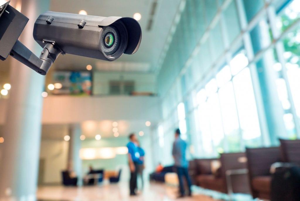 kamera toimitilan aulassa
