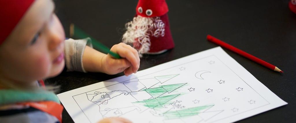 lapsi värittää joulukuusia